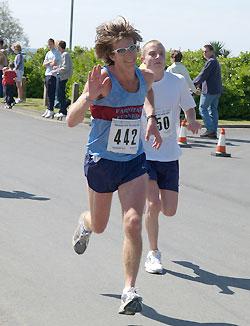 Steve Murphy running in the 2005 Bognor 10K