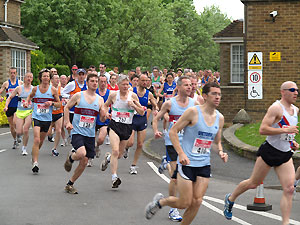 Runners leaving Treolar College shortly after staring the 2006 Alton 10
